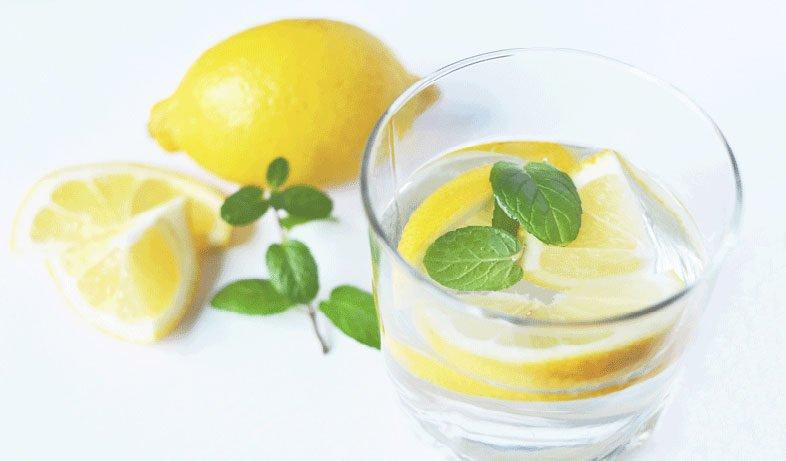 boire une eau tiède citronnée tous les matins peut significativement améliorer votre forme. C'est le geste santé et beauté rapide et facile à adopter